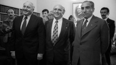 9. Cumhurbaşkanı Süleyman Demirel'in solunum yolu enfeksiyonu ve kalp yetmezliği nedeniyle hayatını kaybettiği bildirildi. Siyasi yaşamı boyunca yedi kez başbakanlık koltuğuna oturan Süleyman Demirel, Türkiye'nin bir dönemine damgasını vurdu. 1946'da başlayan çok partili dönemin en güçlü siyasi figürlerinden biri olan Demirel, iki kez ordunun müdahalesiyle iktidardan indirildi. Demirel, siyasi kariyerini  9. Cumhurbaşkanı olarak tamamladı. Hükümeti kurmakla görevlendirilen Adalet Partisi (AP) Genel Başkanı Demirel (ortada), koalisyon görüşmeleri için Milli Selamet Partisi (MSP) Genel Başkanı Necmettin Erbakan (solda) ve Milliyetçi Hareket Partisi (MHP) Genel Başkanı Alparslan Türkeş (sağda) ile TBMM'de bir araya geldi. (Arşiv) (İlhan Kuyucu - Anadolu Ajansı)
